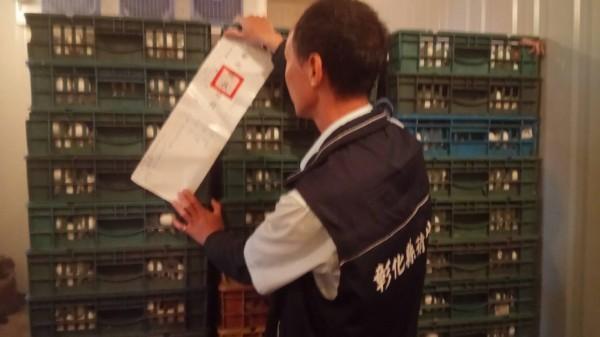 彰化縣衛生局人員在雞蛋籠外張貼封條禁止移動。(彰化縣衛生局提供)