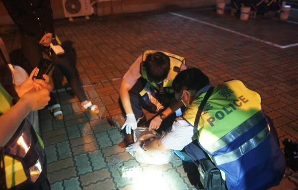 現場警員因為氣味難聞,還要戴口罩手套才敢動手。(記者陳彥廷翻攝)