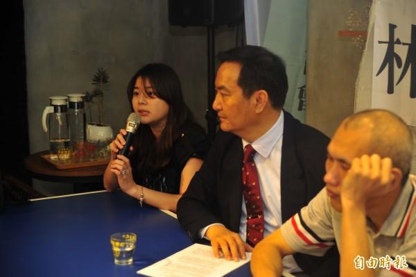 辯護律師團成員蔡晴雨(左一)認為受刑人已經付出人身自由做懲罰,監獄不應該再立定內規剝奪受刑人人權。(記者王捷攝)