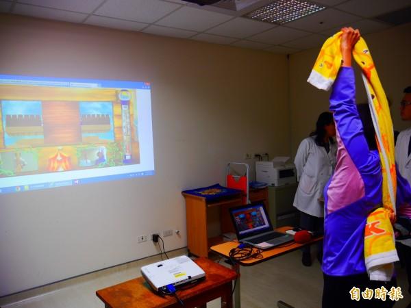 台北榮總研發「智慧醫療復健系統」,結合虛擬實境,增加療程趣味性。(記者林惠琴攝)