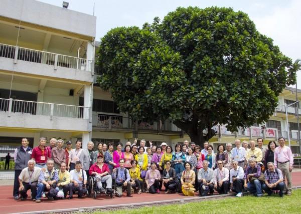 新竹教育大學去年與清華大學合校後,清大南大校區邀請「竹師人」回娘家,並相約麵包樹下野餐聽音樂,回憶學生時光。(照片由清大提供)
