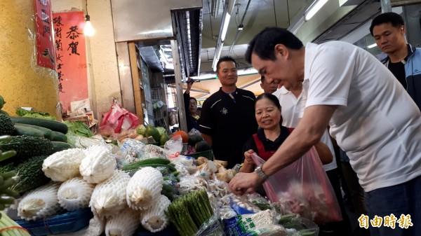 前總統馬英九今早到陳樹菊菜攤採買,要送都蘭書屋。(記者黃明堂攝)