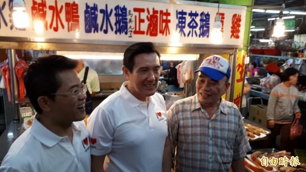 前總統馬英九(中)為一攤燒臘攤招牌簽名。(記者黃明堂攝)