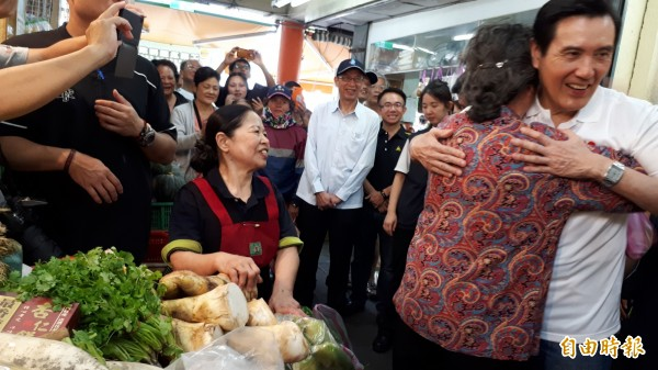 前總統馬英九到市場,一位中國老婦自稱馬迷,擁抱馬英九。(記者黃明堂攝)