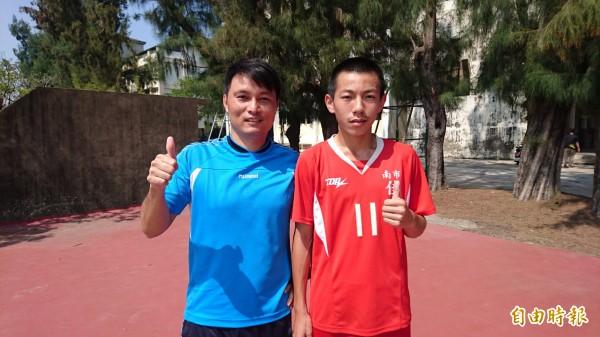 林琨翰(右)在國中甲級足球聯賽踢進15顆球,教練吳谷峰(左)稱讚。(記者楊金城攝)