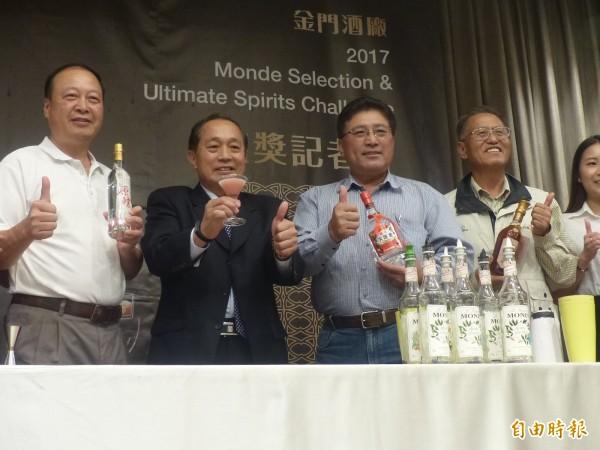 金酒公司董事長黃景舜(左2)、縣農會理事長蔡水游(左3)等人,一致推介此次在國際賽場上為台灣爭光的亮相表現。(記者吳正庭攝)