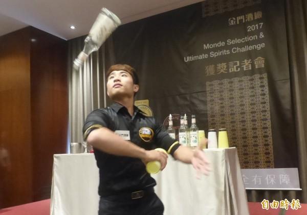 曾獲亞太盃國際調酒大賽國際花式調酒冠軍的陳俊燊,現場秀了一段陳年大麯酒的調酒功夫。(記者吳正庭攝)