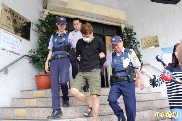 合宜住宅大盜郭建中(黑衣者)被警方移送法辦。(記者吳仁捷攝)