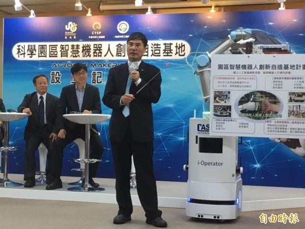科技部長陳良基今宣布,將爭取前瞻計畫經費,預計4年投入20億,推動「智慧機器人創新自造基地」。(記者吳柏緯攝)