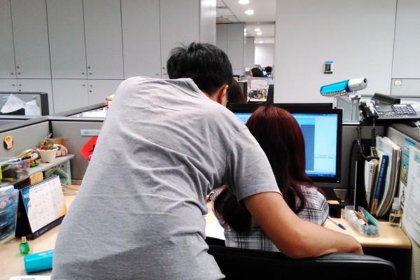 新北市勞工局提醒,雇主「知悉」員工遭遇職場性騷擾時,無論真偽與否,都必須立即啟動調查。(示意圖,與新聞內文無關。新北市勞工局提供)