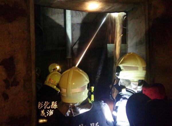 消防人員不斷灌水降溫,讓菜籽粕不再悶燒。( 資料照,記者陳冠備翻攝)