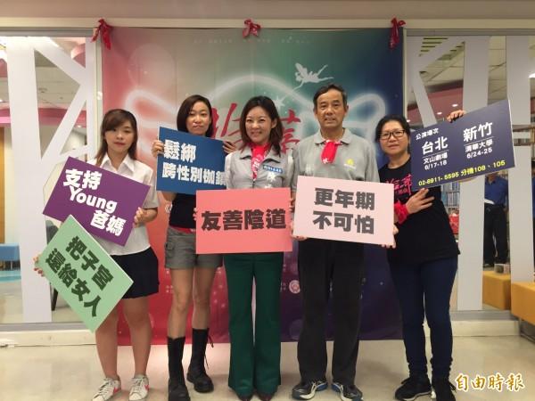 新竹市政府社會處今天與勵馨基金會在婦女館好讀空間,舉辦倡導性別平等記者會,透過短劇表演,分享日常生活中性別議題。(記者王駿杰攝)