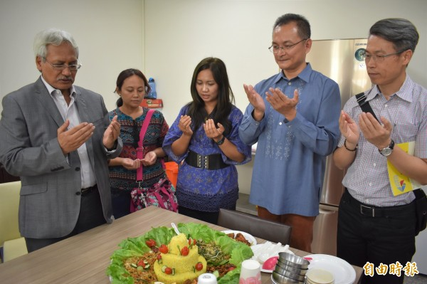 印尼海外勞工安置暨保護局副局長亞古斯定(圖左),用回教可蘭經祈福。(記者張瑞楨攝)