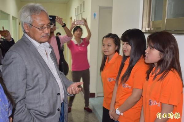 亞古斯定與該國勞工對話,了解「外籍看護工外展看護服務試辦計畫」成效。(記者張瑞楨攝)
