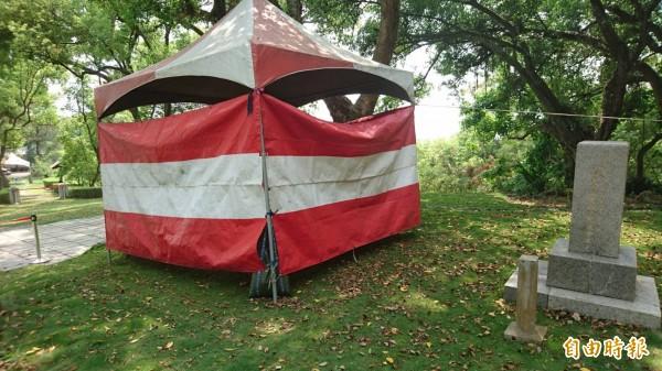 八田與一銅像修復順利,7日在烏山頭水庫將重新揭幕,現以帳篷圍住。(記者楊金城攝)