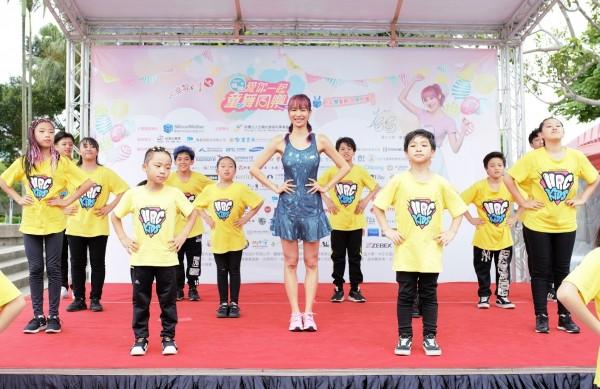藝人康茵茵帶領兒少跳「童樂舞」。(忠義基金會提供)