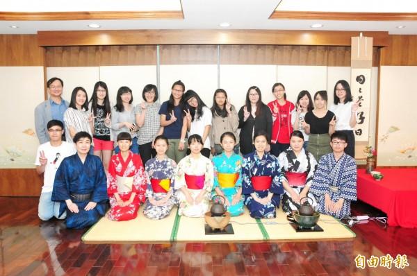 靜宜大學日文系「櫻花五月祭-夢花火」系列活動,提供師生日本茶道等體驗。(記者歐素美攝)