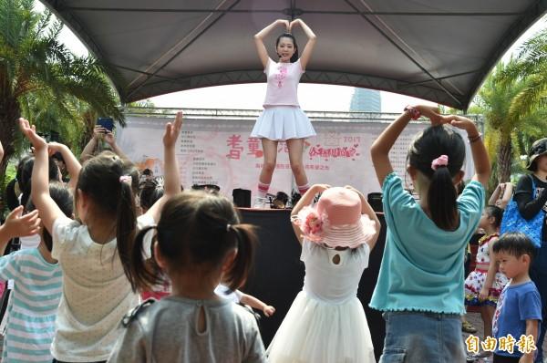 深受小朋友喜愛的櫻桃姐姐也到場與小朋友互動同樂。(記者張忠義攝)