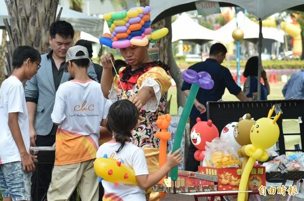 吹氣球表演也深受小朋友喜歡,紛紛要各種造型的氣球。(記者張忠義攝)