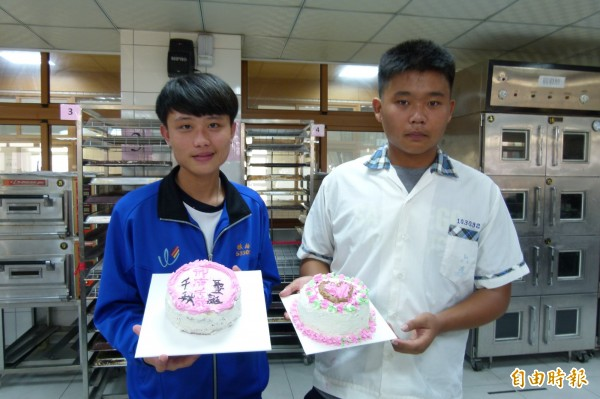 國中生DIY製作母親節蛋糕。(記者蔡宗勳攝)