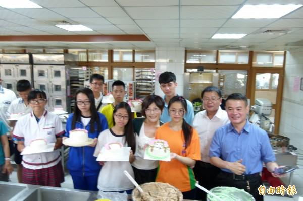 嘉義縣校外會與萬能工商合辦「母親節蛋糕DIY烘焙體驗」。(記者蔡宗勳攝)