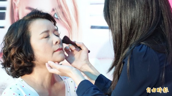 有專業彩妝老師為莎莎媽媽化上搭機旅行妝容。(記者姚介修攝)