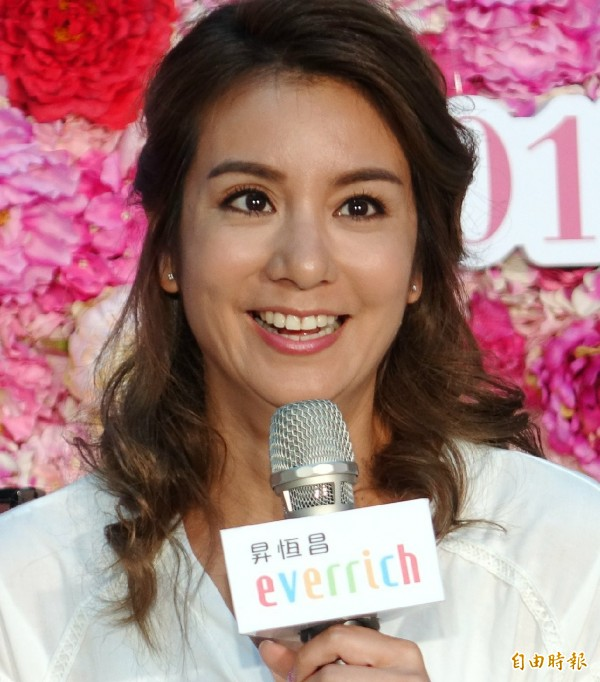 食尚玩家莎莎現身桃園機場為昇恆昌免稅店母親節活動讚聲。(記者姚介修攝)