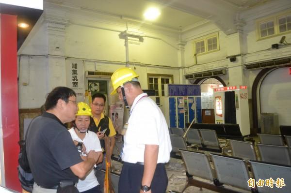 台南火車站天花板掉落砸傷人,文化部與南市文化局、台鐵相關人員會勘善後。(記者王俊忠攝)