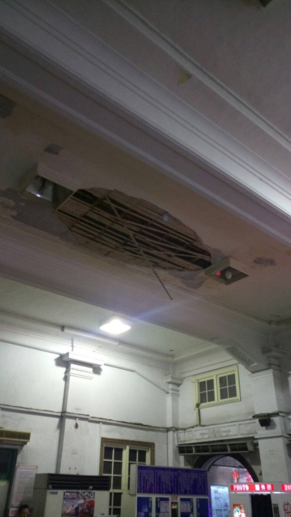 台南火車站北側候車室上方天花板突然大片掉落砸傷兩名旅客。(記者王俊忠翻攝)