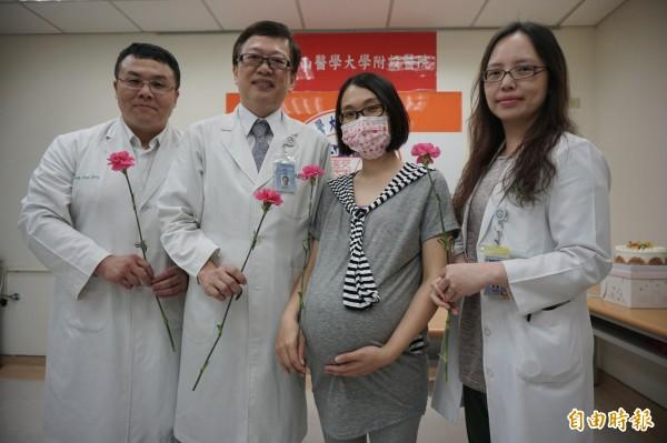 林小姐利用海扶刀消融大型子宮肌瘤後成功受孕,現在懷孕37週將生產,準備要當媽媽了,治療醫師拿康乃馨為她開心祝福。(記者蔡淑媛攝)