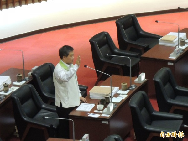 高市議員蕭永達宣示放棄言論免責權,在議事廳公布天王級狼師群。(記者王榮祥攝)