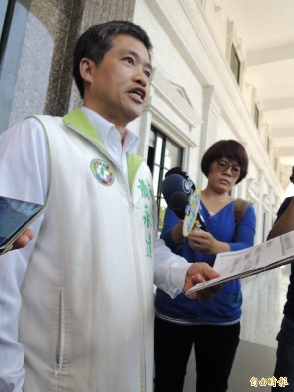 蕭永達走出議會大門再說一次質詢內容,強調為了幫受害女學生仗義執言,願放棄言論免責權,以政治生命作賭注。(記者王榮祥攝)