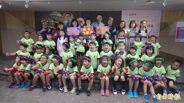 台南家庭教育中心邀小朋友以母語說出對媽媽的愛與感恩。(記者劉婉君攝)