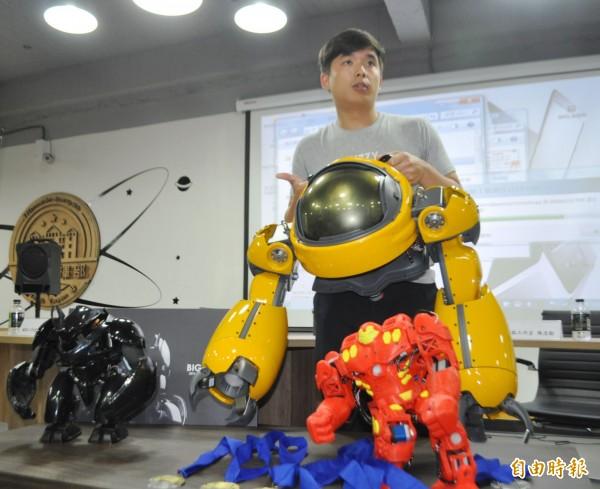 新創團隊FUZZY模弧工作室,參加美國舊金山「ROBOGAMES」全球格鬥機器人大賽奪3金3銀。(記者李容萍攝)
