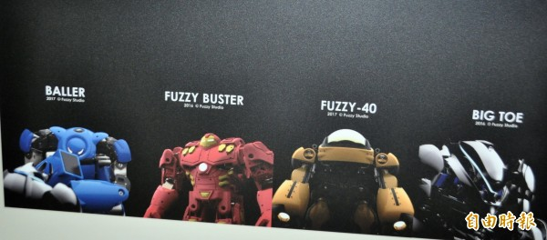 新創團隊FUZZY模弧工作室,所設計的格鬥機器人。(記者李容萍攝)