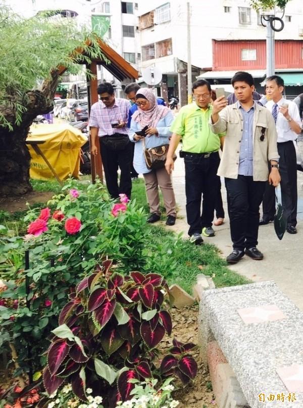 馬來西亞城市規劃師到錦平里觀摩低碳社區。(記者蔡淑媛攝)