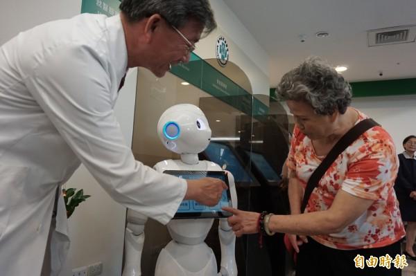 中榮新門診大樓設置機器人協助衛教諮詢、就診指引。(記者蔡淑媛攝)