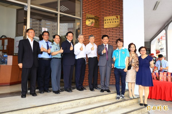 台中市政府災害防救辦公室今天成立,市長林佳龍等人揭牌啟用。(記者許國楨攝)