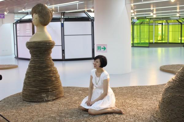 開幕展邀請到桃園出身的藝術家黃沛瀅舉辦「瓦楞紙」主題展。(桃園市立圖書館提供)