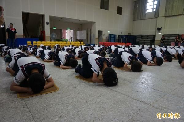 宜蘭縣宜蘭國小附設幼兒園,辦理讀經孝親奉茶儀,讓幼兒園120名學童,向家長們背誦弟子規,進行三跪九叩的儀式,但遭到質疑不合時宜。(記者林敬倫攝)