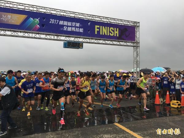 今年的航空城馬拉松,規劃黑貓戰機滑行道為跑步路線,選手們都說酷斃了。(記者謝武雄攝)