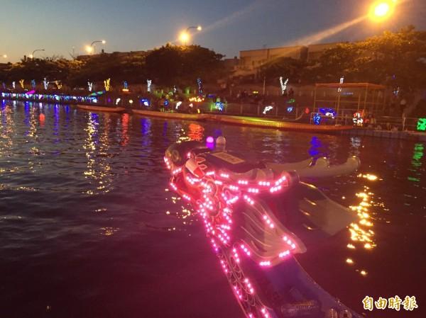 鹿港龍舟夜間發亮就是靠LED燈。(記者劉曉欣攝)