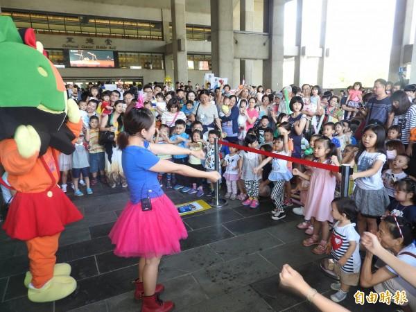 「寶寶音樂會」前還有小朋友的肢體律動表演。(記者方志賢攝)