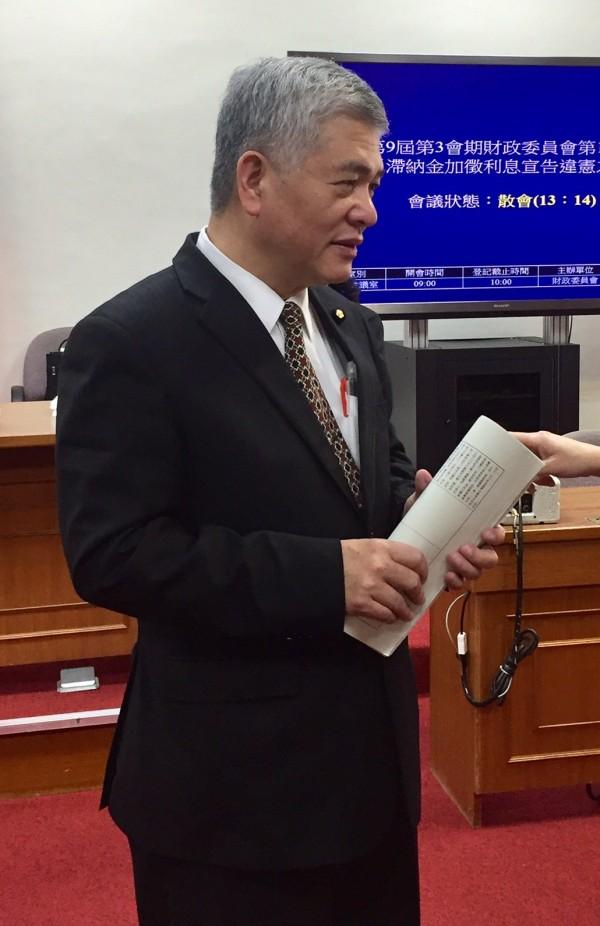 民進黨立委施義芳要求財政部負起責任,主動彌補錯誤,向補習班課營業稅。 (記者吳佳蓉攝)