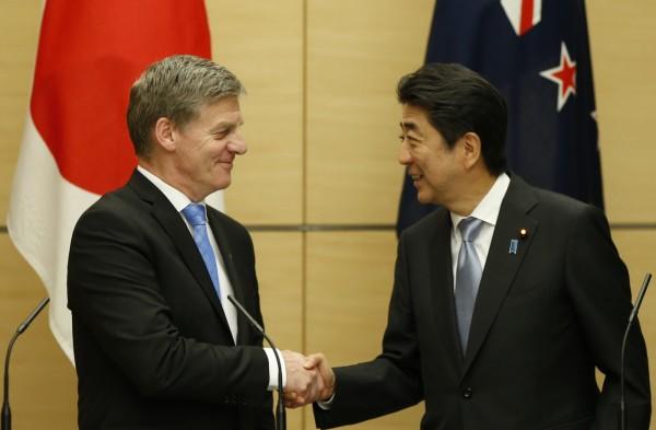日本和紐西蘭等11個TPP簽約國,將利用本週末在越南河內舉行的APEC經貿部長會議,討論如何拯救被美國總統川普拋棄的TPP。圖為日本首相安倍晉三(右)與紐西蘭總理英格利許。(法新社)