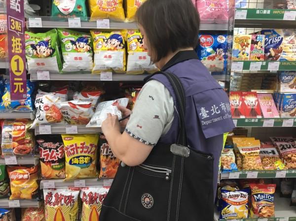 稽查蝦味先問題產品,北市下架3萬餘包。(台北市衛生局提供)