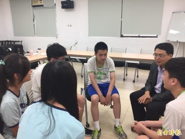 市府家庭教育中心今天邀請曾經網路成癮的精神專科醫師林子堯(右二),在家庭教育中心舉辦網路成癮講座,分享經驗。(記者邱奕統攝)