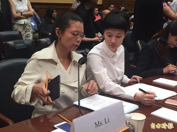 台灣人權工作者李明哲的妻子李凈瑜(左)今天在美國國會作證,請求美國協助救援李明哲。施明德的女兒施笳(右)擔任翻譯。(記者曹郁芬攝)