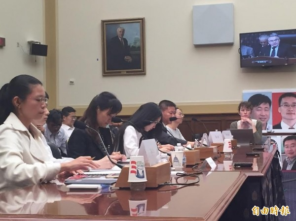 台灣人權工作者李明哲的妻子李凈瑜(左一)今天在美國國會作證,請求美國協助救援李明哲。(記者曹郁芬攝)