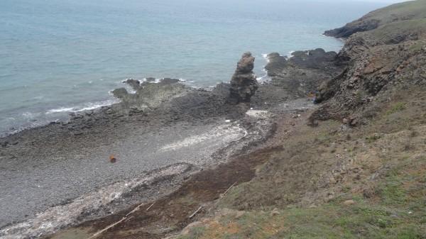 石筆風景區的山坡地,也受到波及,被燻得焦黑一片。(記者劉禹慶翻攝)